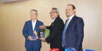 dr. Warqah Helmi menyerahkan Cinderamata kepada President of KAHP Mr Jong-Yil Chai, M.D., Ph.D
